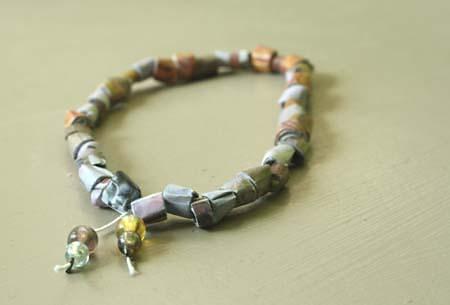 bracelet en perles de papier esprit cabane idees creatives et ecologiques. Black Bedroom Furniture Sets. Home Design Ideas