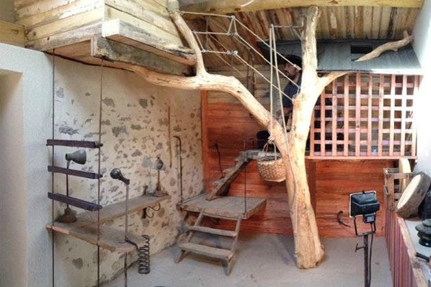 cabane l arbre entre dans la chambre esprit cabane. Black Bedroom Furniture Sets. Home Design Ideas
