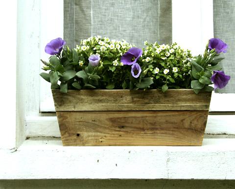 jardini re en bois de palettes esprit cabane idees creatives et ecologiques. Black Bedroom Furniture Sets. Home Design Ideas