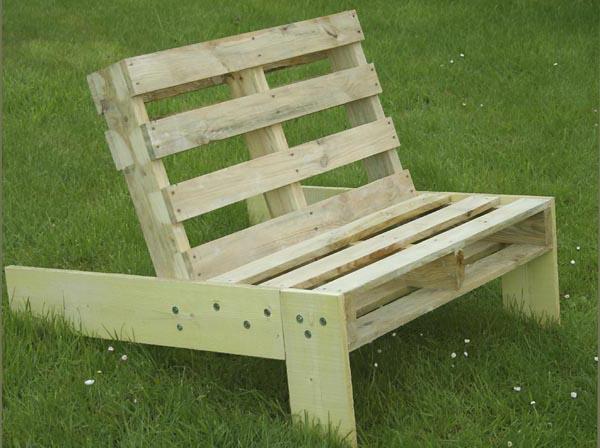 Fauteuil de jardin en palette esprit cabane idees creatives et ecologiques - Fabriquer meuble palette ...