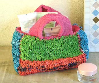 Trousse en plastique tricoté
