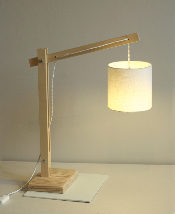 Lampe articul e en bois esprit cabane idees creatives for Table d architecte en bois