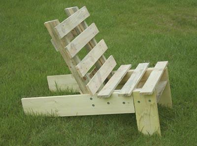 Fauteuil de jardin en palette esprit cabane idees for Chaise de parterre