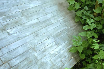 Terrasse bois palette esprit cabane idees creatives et ecologiques for Peinture terrasse bois