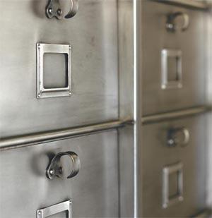 R nover le mobilier industriel esprit cabane idees creatives et ecologiques - Decaper un vestiaire metallique ...